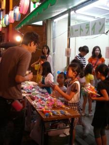 夏祭りでは 子どもスタッフも がんばります。